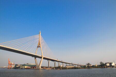 Bhumibol Bridge tambi?n casualmente llamar como Industrial Ring Road Bridge, Samut Prakarn, Tailandia Editorial