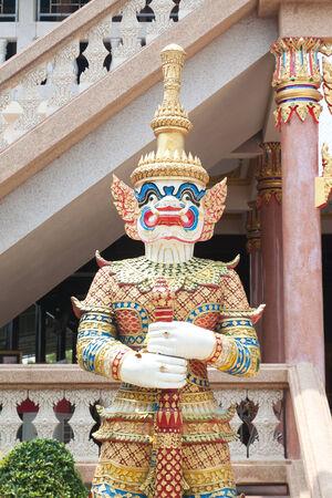 El stand gigante de estilo tailand�s en el templo tailand�s