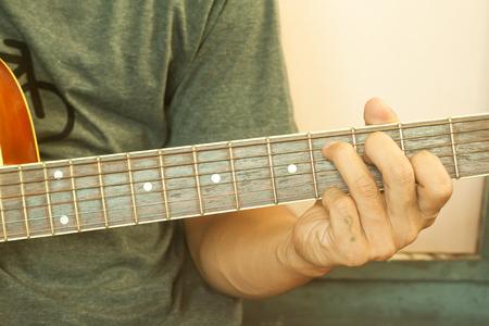 Guitarrista juega con efecto retro filtro