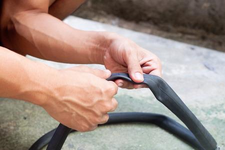 Mantenimiento de bicicletas fijaci�n de un neum�tico plana Foto de archivo