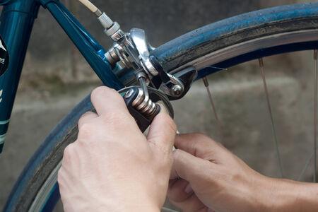Serviceman reparar una llanta de bicicleta con herramientas