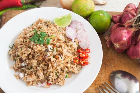 Arroz frito con verduras, hierbas e ingredientes en la cocina tailandesa