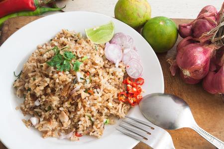 rice: Arroz frito con verduras, hierbas e ingredientes en la cocina tailandesa