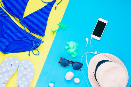 earbud: Flat lay creative summer set for girl with smartphone Stock Photo