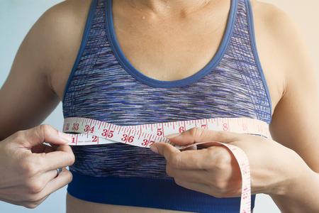 Mujer asiática que mide los senos, el cáncer o el concepto de cirugía Foto de archivo