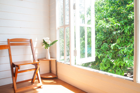 Groot raam uitzicht op de tuin in landhuis