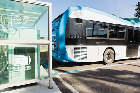 전기 자동차 버스가 충전기에 있습니다. 스톡 콘텐츠