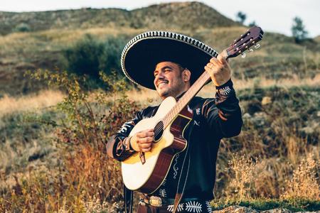 Muzyk mariachi z gitarą na wybrzeżu.