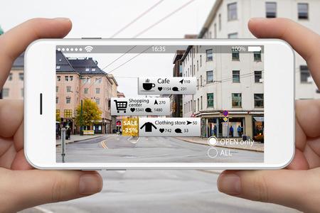 Realidade aumentada em marketing. Telefone na mão, guia de informações na tela sobre espaços comerciais e de entretenimento em tempo real