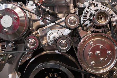 gros plan d & # 39 ; une sangle dans le moteur diesel moderne