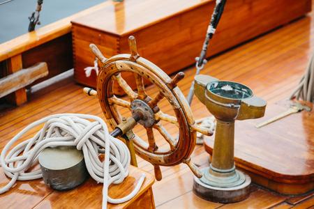 Stuur van een houten schip op het dek Stockfoto - 92814654