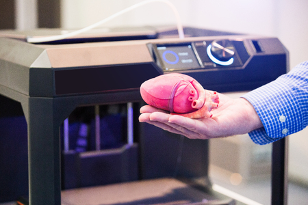 The engineer demonstrates the heart printed on a 3d printer Stockfoto - 100632275