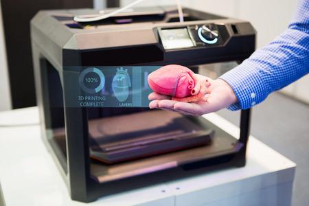 El ingeniero demuestra el corazón impreso en una impresora 3d