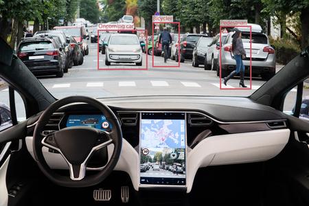 Selbstfahrendes Elektroauto ohne Fahrer auf einer Stadtstraße. Autonomer Modus.