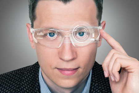 A man in augmented reality glasses with a head up display. Banque d'images
