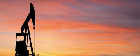 Silhouette of oil rig Stockfoto