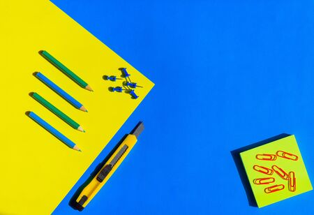 Abstract image of school stationery. Concept of office supplies. Office background in blue and yellow tones. Material for creativity. View from above. 版權商用圖片 - 149250901