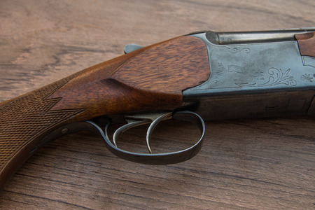 gatillo: gatillo de la escopeta de madera