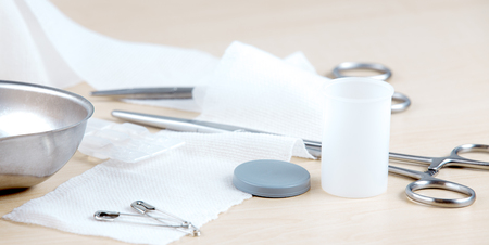 Medizinische Instrumente, Bandagen, Klemmen, Standard-Bild - 87768498