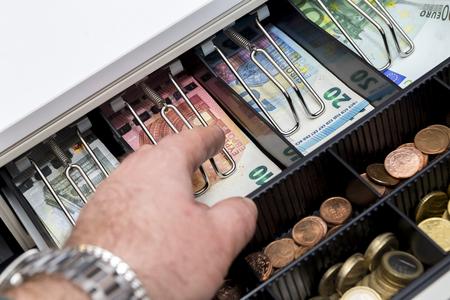 Caisse enregistreuse avec des pièces et des papier-monnaie Banque d'images - 97215690