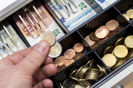 Caisse enregistreuse avec des pièces et des papier-monnaie Banque d'images - 97215772