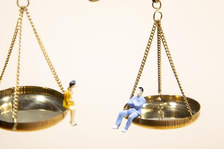 Égalité entre l'homme et la femme assis sur une balance, Féminisme et égalité Banque d'images