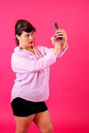portrait of a brunette doing a selfie Imagens