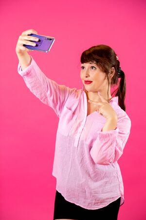 portrait of a brunette doing a selfie Standard-Bild