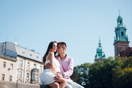 Young couple in love sitting on the street near the Wavel castle in Krakow, Poland Banque d'images - 117355074