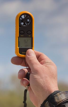 풍속을 측정하는 사람의 손에 풍력계 스톡 콘텐츠