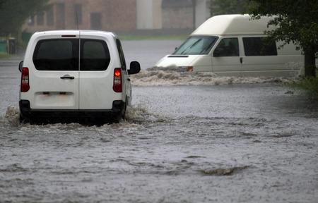 catastroph�: des balades en voiture � la pluie sur une route inond�e