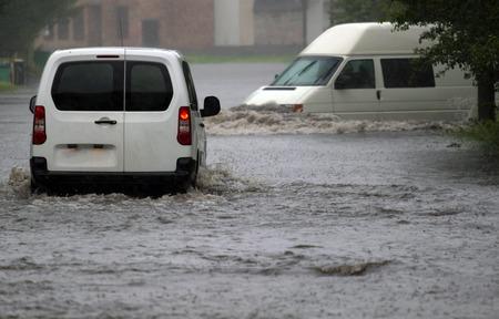 advertencia: paseos en coche de las fuertes lluvias en un camino inundado