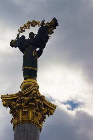 angel de la independencia: Monumento de la Independencia en Kiev, Ucrania. Se trata de una estatua de un �ngel, hecho de cobre y oro plateado, de pie sobre un pilar de altura, en el centro de Kiev, Ucrania.