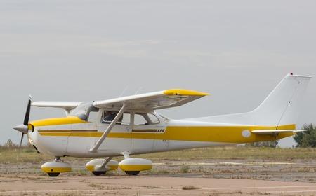 空気中の小さな飛行機。小型機