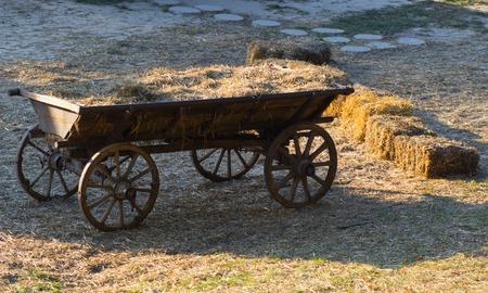 carreta madera: viejo vagón de madera con paja en Ucrania