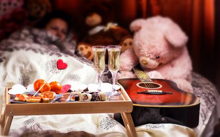 샴페인 침대에서 건강 한 아침 식사입니다. 발렌타인 데이 낭만적 인 개념