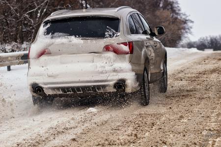 Auto's met winterbanden op met sneeuw bedekte weg