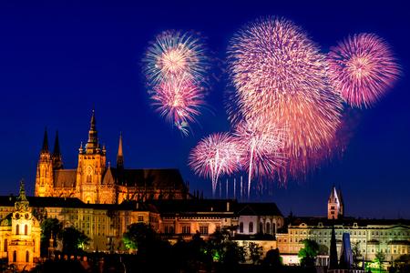 세인트 비투스 대성당, 프라하, 체코 이상의 축제 불꽃 놀이.