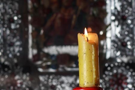 Горящая старая свеча на темном фоне