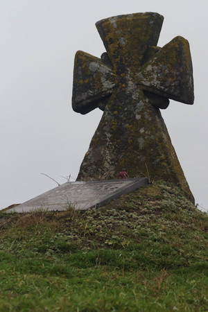 Cossacks grave on the hill. Old stone cross. Green grass Фото со стока - 92997337
