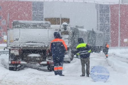 Занятая дорога зимой. авто в снегу Фото со стока - 93047480
