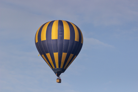hot air balloon in blue sky. Фото со стока - 101351148