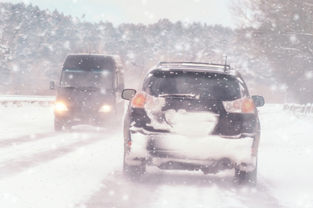 Winter, snow, Blizzard, poor visibility on the road. Car during a Blizzard on the road with the headlights Banque d'images