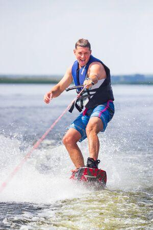 Cherkassy, Ucrania - 19 de julio de 2019: Wakeboarder mostrando trucos y habilidades en el evento inverso de wakeboard en Cherkassy