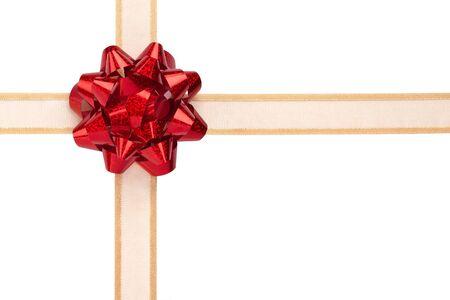 Envoltorio de regalo con arco brillante rojo y cinta de oro