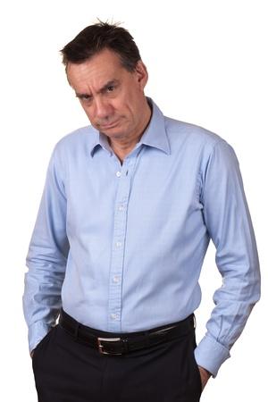 jefe enojado: Angry Man Edad Media en camisa azul con expresi�n gru�ona y las manos en los bolsillos