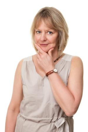 mujer pensando: Mujer atractiva madura con las manos a la cara y la expresi�n pensativa Aislado