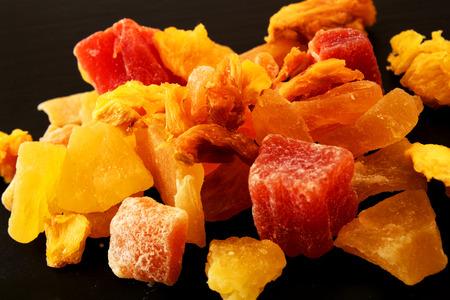 verschiedene Arten von getrockneten Früchten auf einem Tablett Schier Standard-Bild