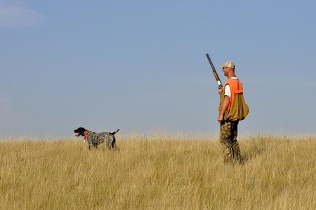 perro de caza: Pheasant Hunter con su perro Foto de archivo