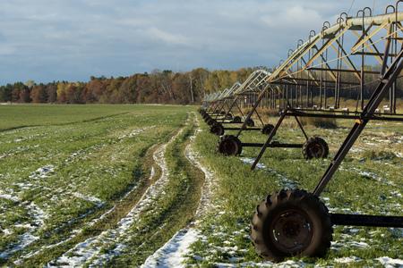 hay field: Irrigazione Pivot in un campo di fieno